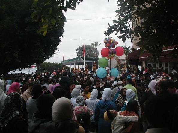 De l'autre côté de la place Bab Bou Haja : les ballons de toutes les couleurs